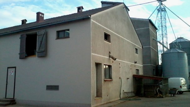 Figura 1: Navede cebo; navedereproductoras detrás de la parte superior derecha: puerta de entrada a las salas exteriores en la pared.
