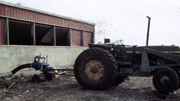 Un productor casi pierde la vida en esta granja cuando entró para inspeccionar a sus cerdos mientras agitaba y bombeaba la fosa.