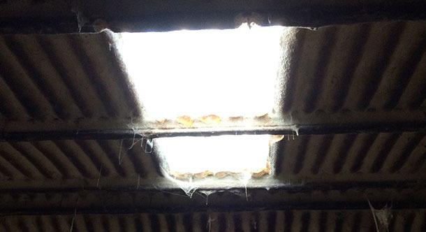Pavilhão velho onde se melhora a iluminação tendo uma janela.