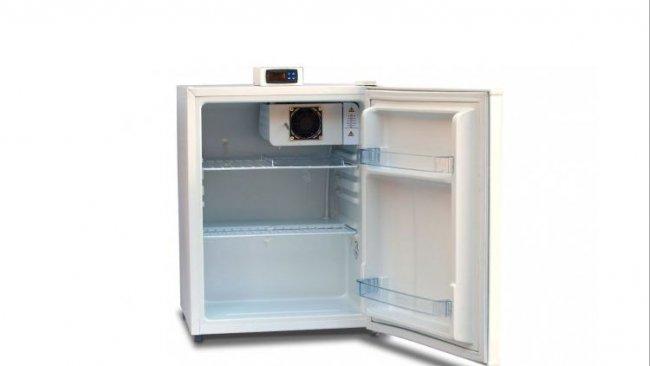 Figura 1: Câmara de conservação com visor de temperatura exterior e prateleiras abertos (grade) para permitir a circulação de ar.