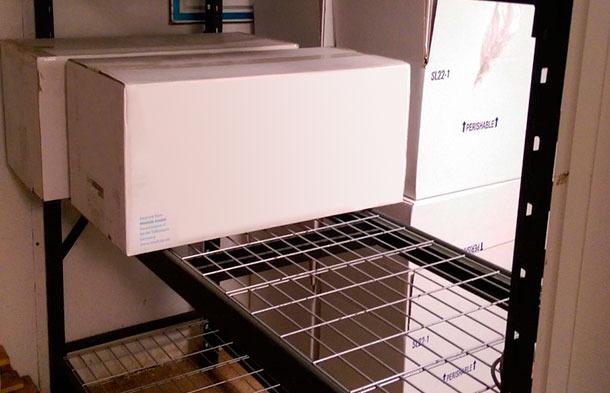 Foto 2. As prateleiras dividem a sala numa área 'suja' e outra 'limpa'. Fonte: AI Partners, Morris, Minnesota, USA