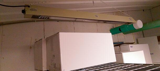 Foto 3. Um aquecedor radiante controlado por um termostato na sala de desinfecção permite manter uma temperatura constante. Fonte: AI Partners, Morris, Minnesota, USA