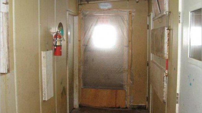 """Exemplo de porta isolada que previne a entrada de vento não desejado e também o movimento não desejado entre la zona """"limpa"""" (dentro da exploração) e zona """"suja"""" (exterior da exploração)."""