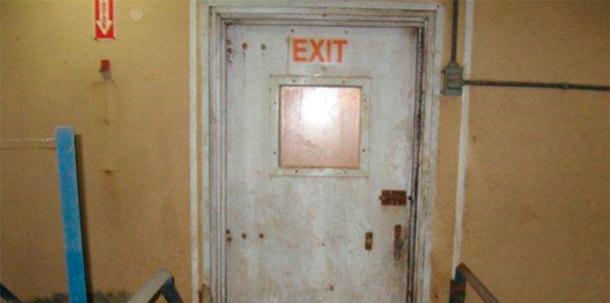 Porta sem protecção que comunica o interior com o exterior da exploração