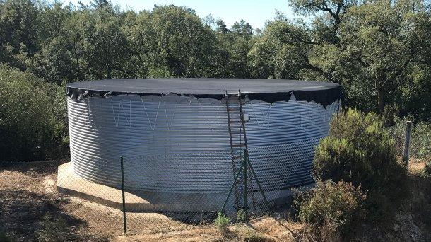 Depósito de armazenamento e distribuição correctamente dimensionado e coberto, essencial em qualquer exploração de porcos.
