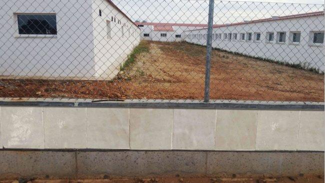 Foto 1: Exemplo de vedação construída com ladrilho liso para evitar o acesso de roedores.