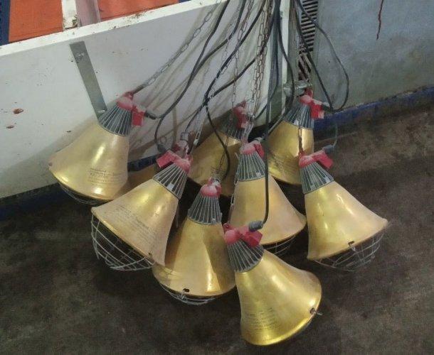 Foto 2: Candeeiros para maternidade armazenados incorrectamente entre utlizações, o que aumenta o risco de danos nas lâmpadas de infravermelhos e os cabos eléctricos (foto cortesia de DanAg International, China)
