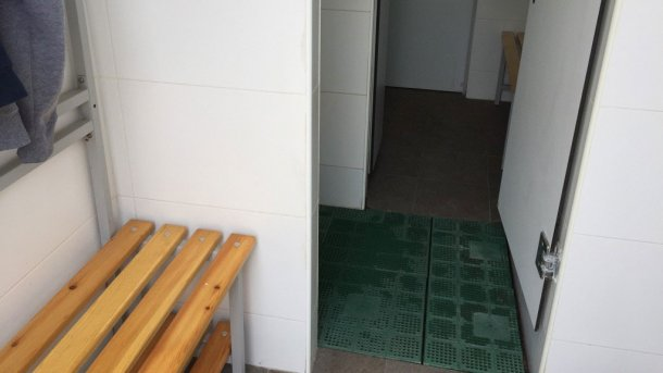 Foto 5. Separación física de zonas por una línea de ducha. Cortesía de Jordi Balp.