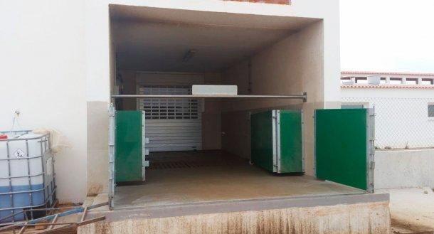 Imagem 6. Cais semi-fechado com portas e barra horizontal para separar fisicamente a zona suja da limpa. Cortesia de Agropecuaria Los Girasoles, Espanha.